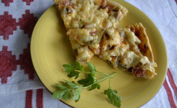 Тонкая бездрожжевая пицца с курицей и сыром
