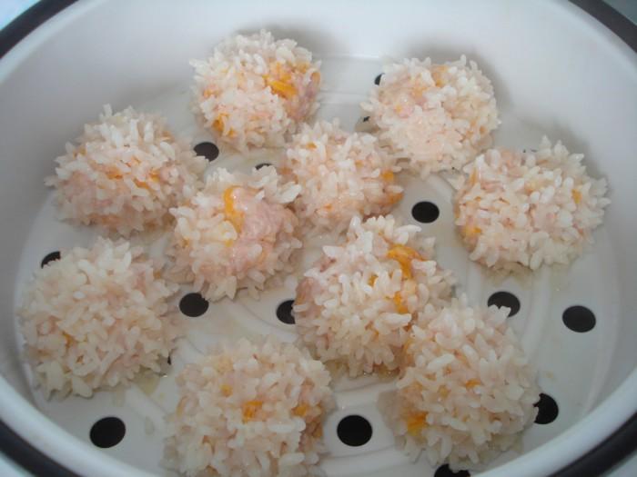 Детские паровые тефтели-ежики из фарша с рисом в мультиварке