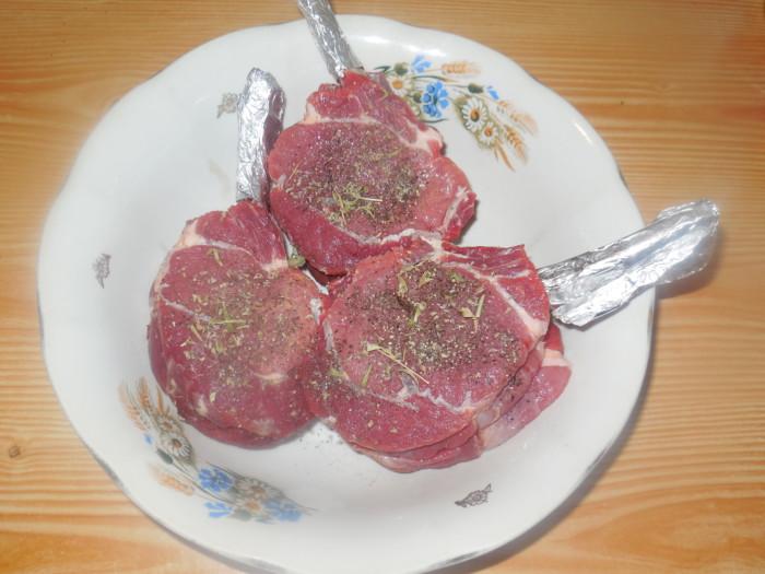 каре теленка, запеченное в духовке с гарниром из шампиньонов тушеных в сметане