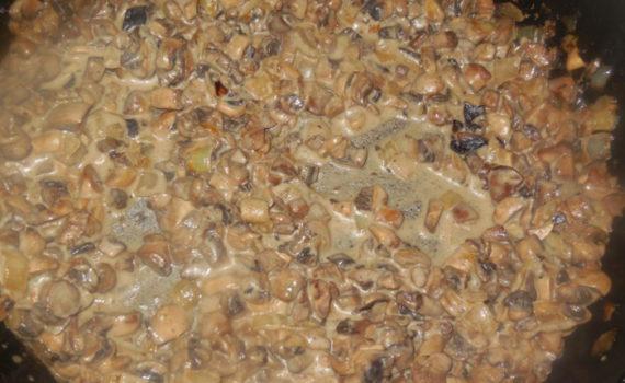 Шампиньоны тушеные в сметане на сковороде