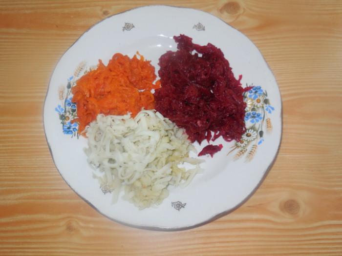 Вегетарианская «селедка под шубой» с водорослями нории и соевым колбасным сыром