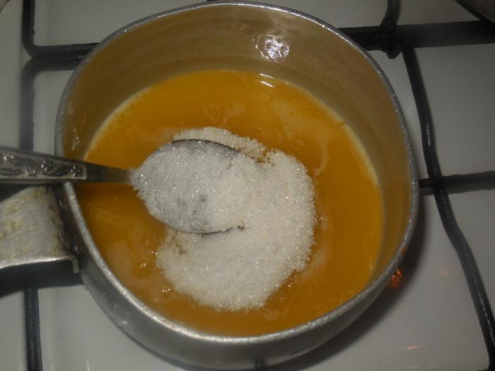 Вкусные румяные пасхальные булочки с узором из белого теста