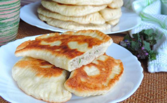 Лепешки на кефире с мясом и зеленью на сковороде