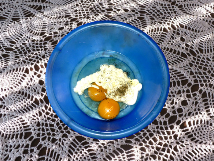 Сметанный салат с омлетом, колбасой, огурцом и перцем