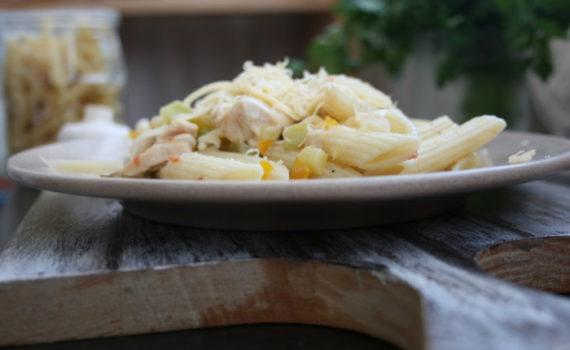 Итальянская паста с курицей в соусе из овощей и сыра