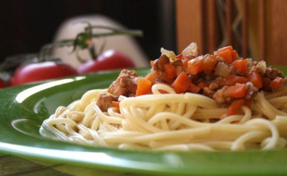 Чечевица с мясом и овощами в соусе