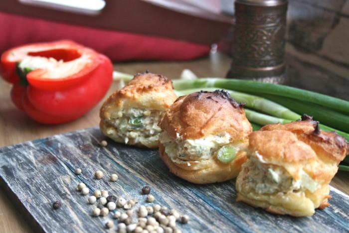 Несладкие профитроли с начинкой из курицы и творожного сыра