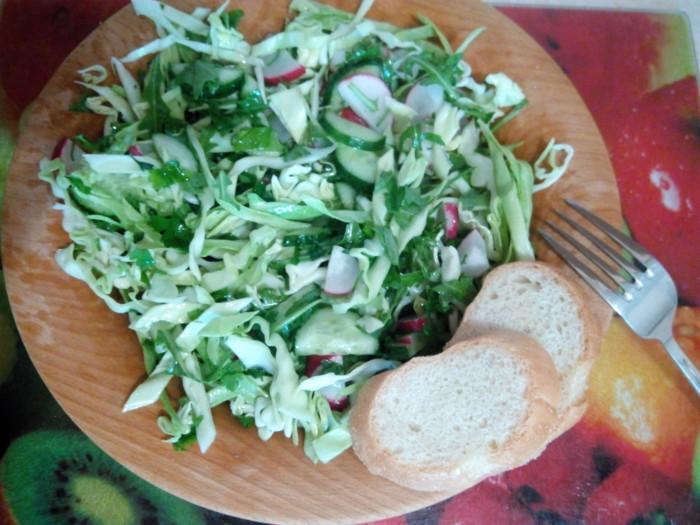 Салат с рукколой, огурцами, капустой и редисом