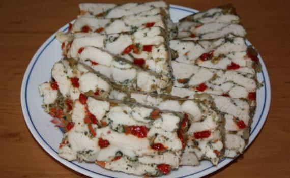 Рулет из куриных грудок с перцем болгарским в духовке