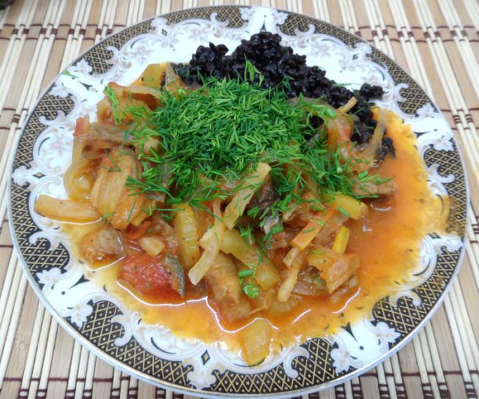 Рыба тушеная с овощами и рисом на гарнир