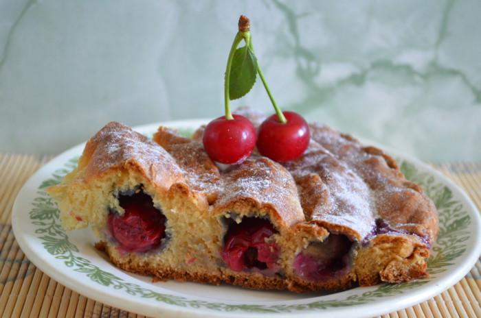 Пирог-улитка с вишней на кефире