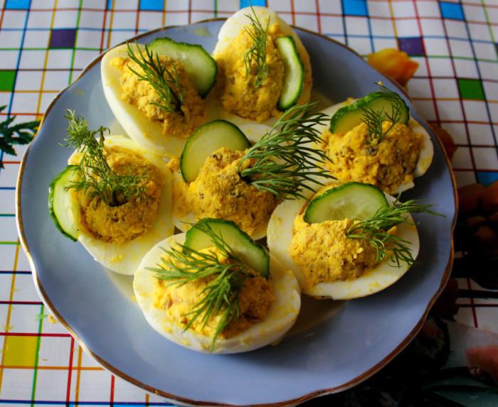 Яйца фаршированные консервой с желтком и майонезом