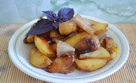 Молодой картофель в рукаве, запеченный с салом и специями