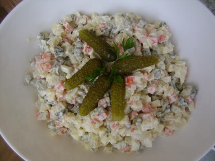 Постный салат Оливье с яблоком, без мяса и колбасы