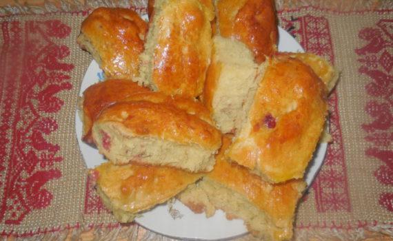 Сдобные дрожжевые пирожки с клубникой в духовке