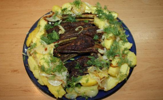 Бараньи ребрышки в духовке с картошкой и луком