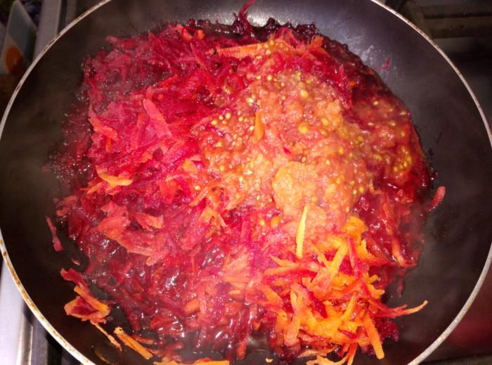 Красный борщ с солеными помидорами