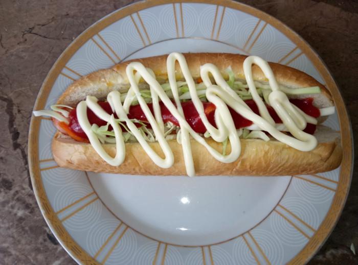 Вкусные хот-доги с сосисками и овощами