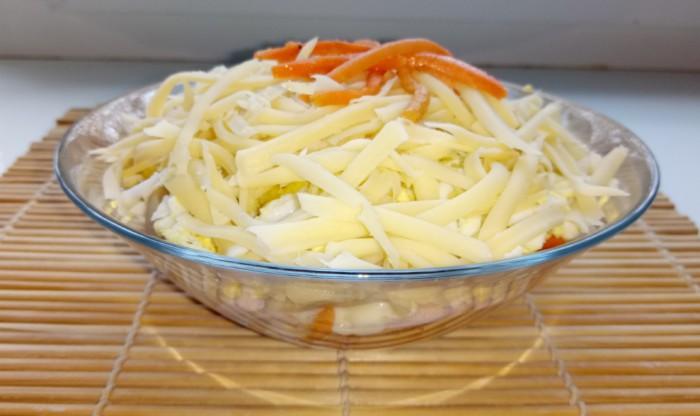 Слоеный салат с ветчиной, грибами, яйцами, чипсами и корейской морковью