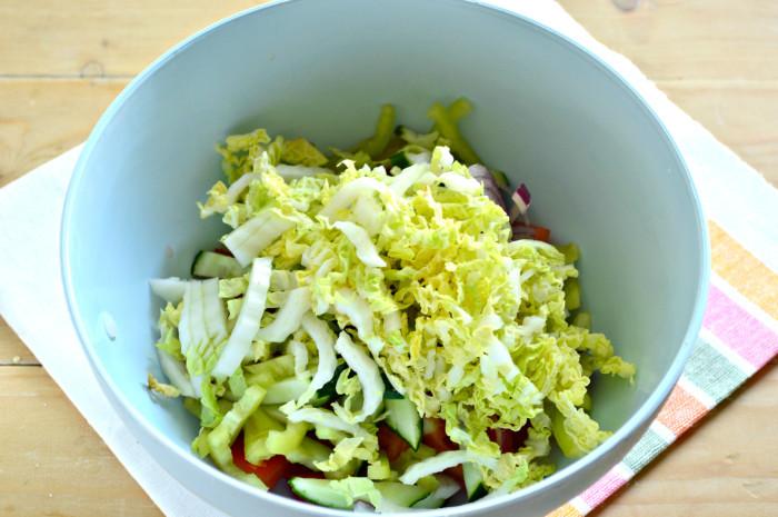 Cалат с пекинской капустой, огурцом, помидорами и прочими овощами