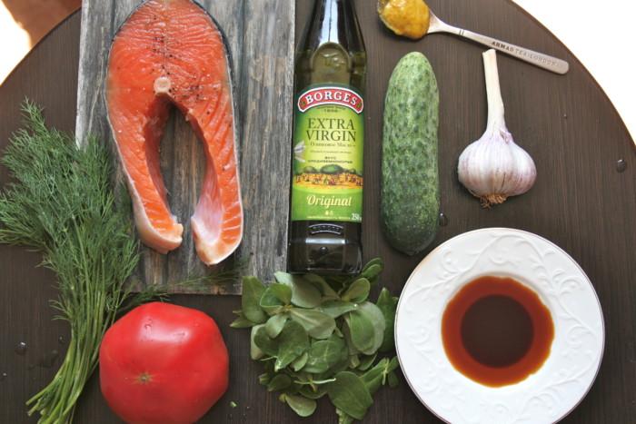 Рулет из омлета с начинкой из лосося и овощей