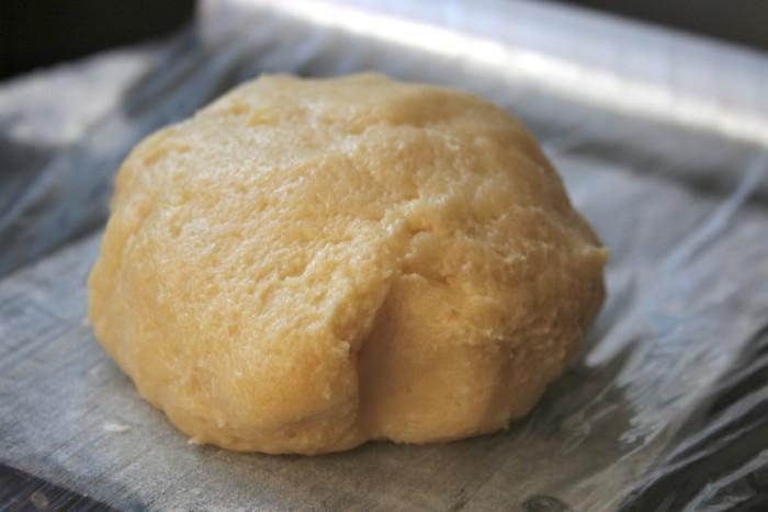 Песочный пирог из рубленого теста со смородиной и меренгой