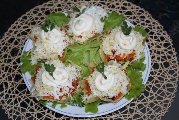 Грибной салат в сырных корзиночках