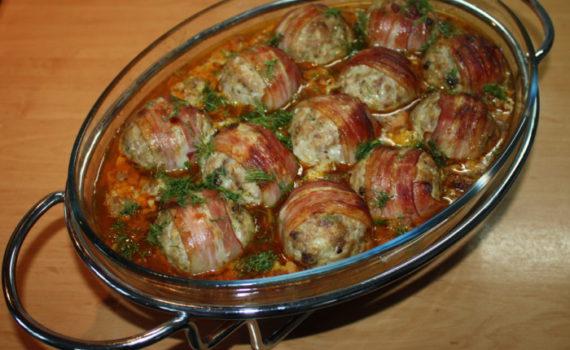 Фрикадельки из фарша и копченой грудинки в соусе из овощей в духовке