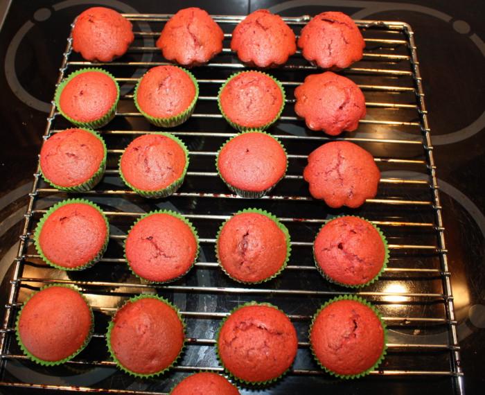 Капкейки красный бархат с начинкой из масляного крема со сгущенкой
