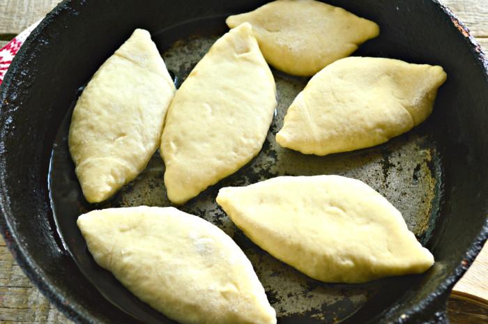 Дрожжевые жареные пирожки с фаршем на сковороде