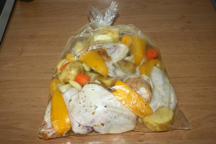 Запеченный молодой картофель с курицей в рукаве