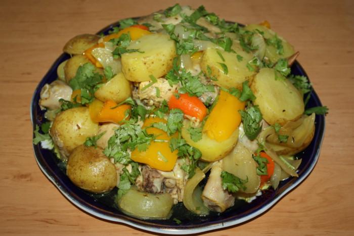 Молодой картофель с курицей в духовке в рукаве