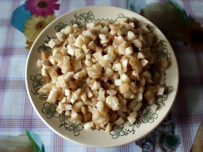 Слоеный салат с жареными грибами и сыром
