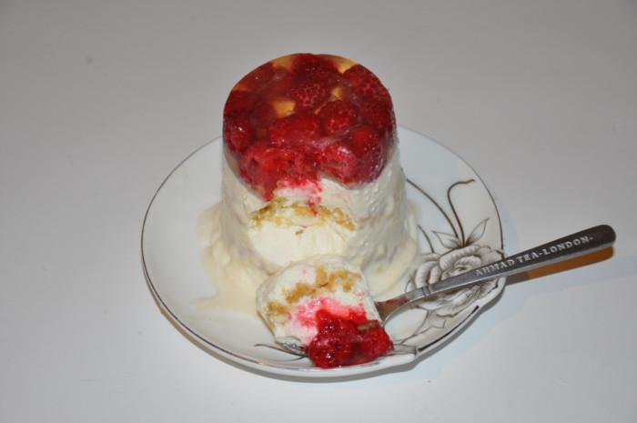 Творожный десерт с желатином, печеньем и ягодами