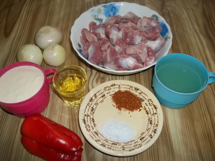Куриные желудочки тушеные в сметане на сковороде