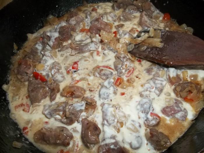 Куриные желудочки в сметане на сковороде