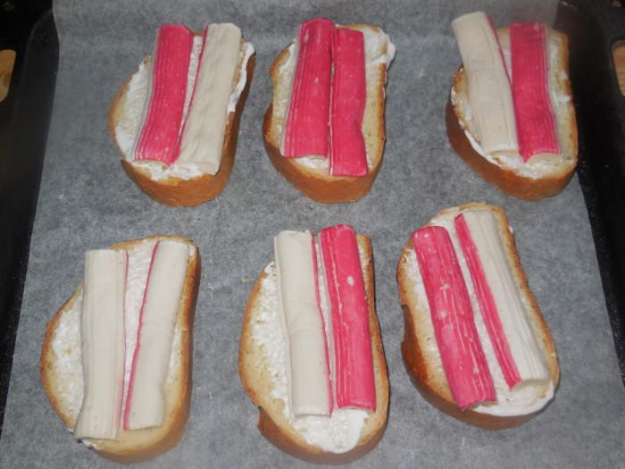 Горячие бутерброды с крабовыми палочками и сыром запеченные в духовке