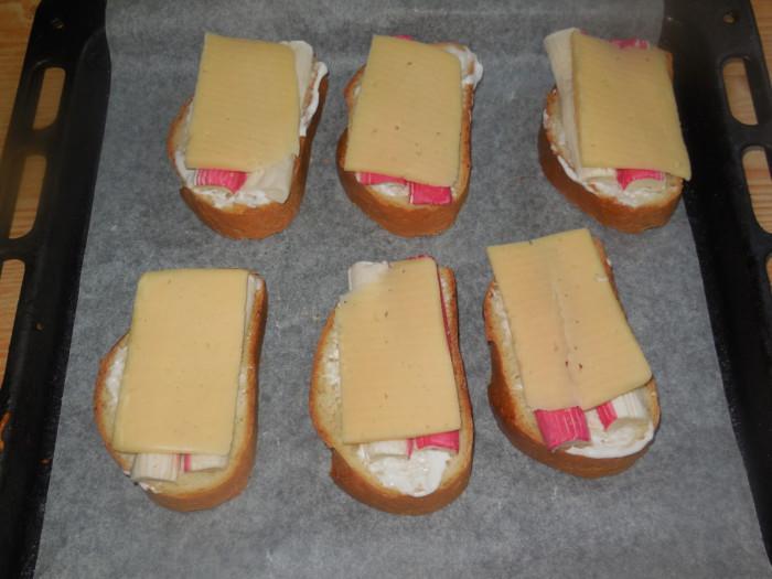 Горячие бутерброды с крабовыми палочками и сыром