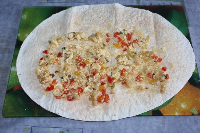 Омлет в лаваше с сыром, луком и перцем - вкусные домашние роллы из лаваша