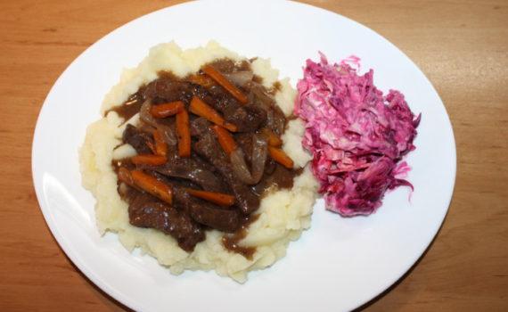 Бефстроганов из говядины с подливкой из овощей и вина