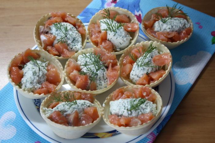 Творожный соус тартар с укропом и мятой в тарталетках с соленой семгой