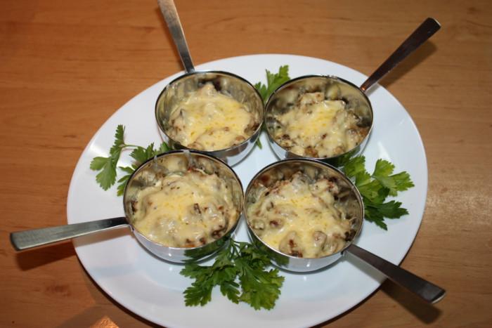 Жюльен из грибов и сыра пармезан в духовке в кокотнице