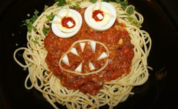 Спагетти-монстр - страшное блюдо на Хэллоуин