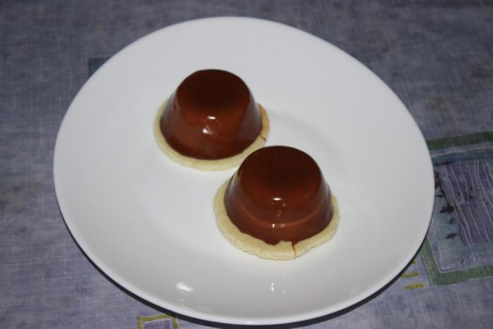 Муссовые пирожные с зеркальной глазурью, шоколадом, ананасом и киви