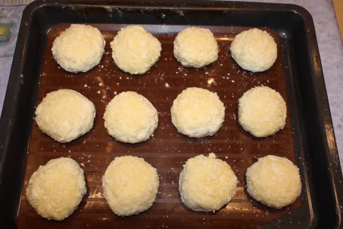Сдобные булочки с посыпкой и повидлом