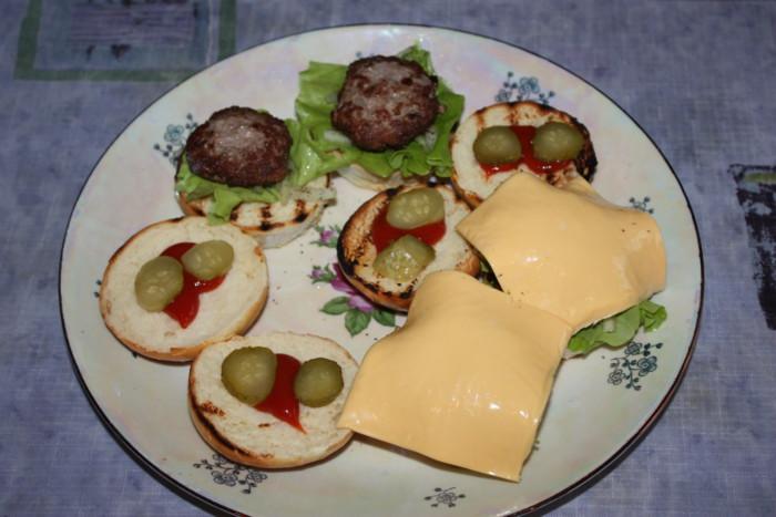 Домашний гамбургер с котлетой и сыром