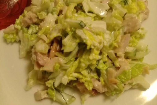 Салат с копченой курицей, пекинской капустой и огурцо