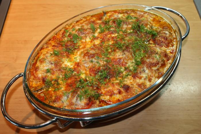 Фаршированный мясом и рисом перец запеченный в духовке половинками с сыром моцареллой