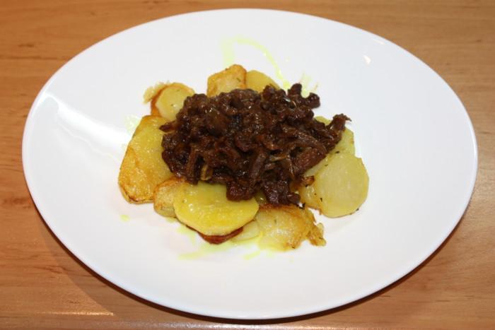 Яйца пашот на гарнире из картофеля и тушеной баранины