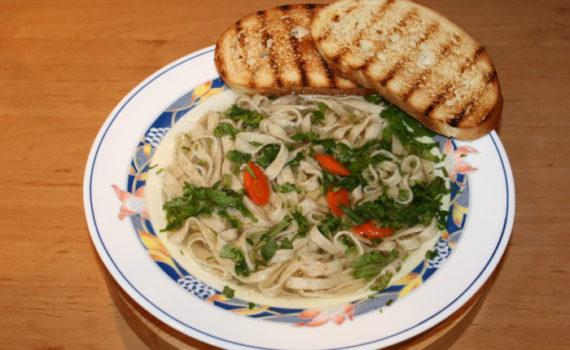 Суп - лапша по-домашнему: в курином бульоне с морковью и гренками